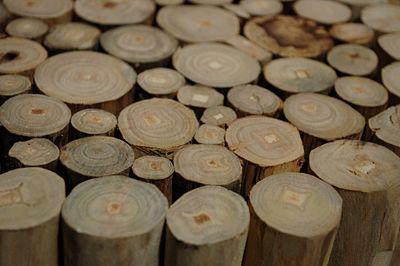 Modny taboret Villis - drewniany